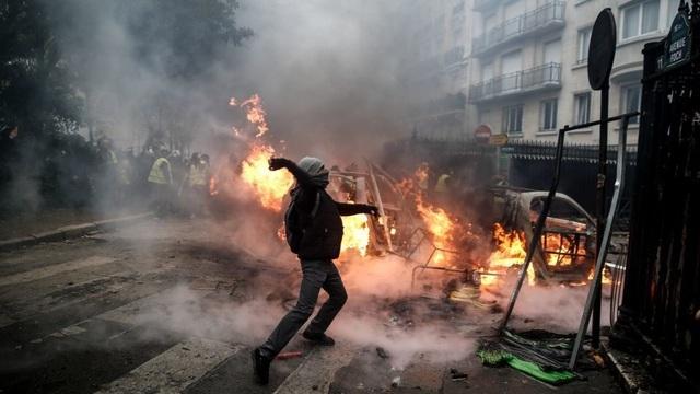Người biểu tình đụng độ với cảnh sát tại Paris. (Ảnh: AFP)