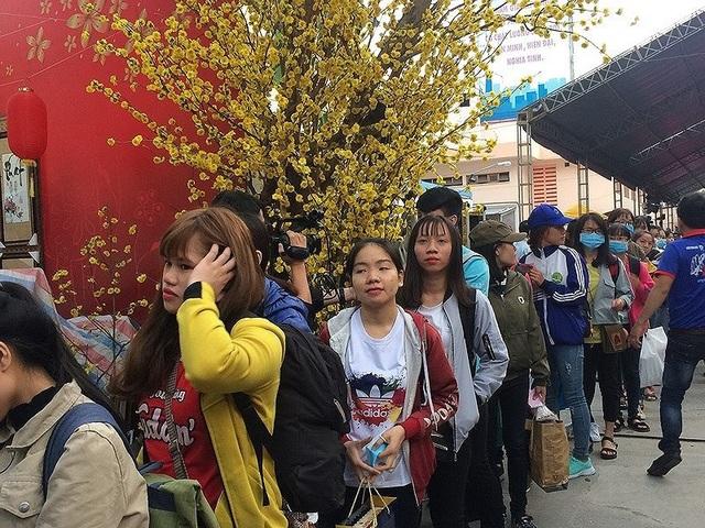 Những chuyến xe màu xuân đưa sinh viên học tập tại TP.HCM về quê đón Tết.