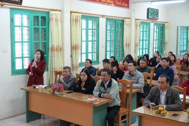 Ông Ngô Hiền – Trưởng phòng GDĐT TP. Lạng Sơn (ngoài cùng bên phải) và cái đại biểu tham quan mô hình bếp.