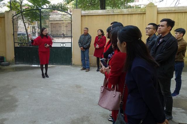 Cô Ngô Thu Hà – Hiệu trưởng Trường tiểu học Hoàng Văn Thụ hướng dẫn đại biểu tham quan khu vực bếp.