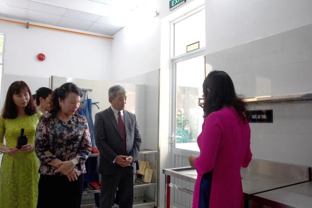 Tiến sĩ Nguyễn Thị Nghĩa – Thứ trưởng Bộ GDĐT và ông Keiji Kaneko – Tổng giám đốc Công ty Ajinomoto Việt Nam tham quan mô hình bếp.