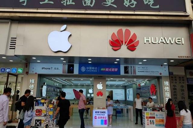 Một cửa hàng bán điện thoại của Apple và Huawei tại Trung Quốc. (Ảnh: ABS-CBN)