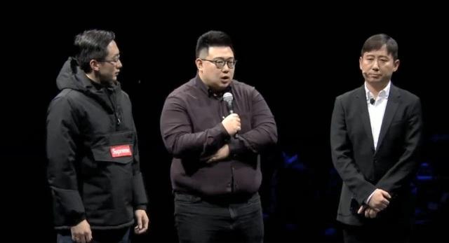 Người đại diện của Samsung cùng với 2 vị CEO tới từ Supreme nhái phát biểu tại lễ ký kết.
