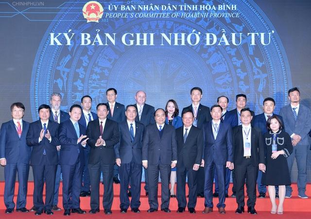 Thủ tướng chứng kiến lễ ký biên bản ghi nhớ đầu tư tại tỉnh Hòa Bình
