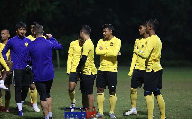 Đội tuyển Malaysia không mặc áo khoác, làm quen với cái lạnh tại Hà Nội - 14