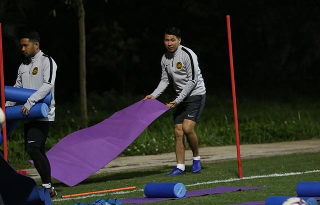 Đội tuyển Malaysia không mặc áo khoác, làm quen với cái lạnh tại Hà Nội - 11