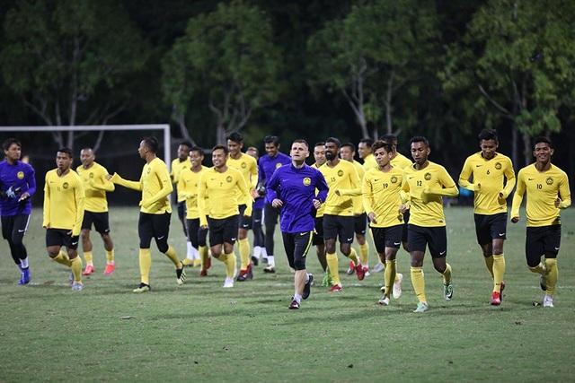 Đội tuyển Malaysia không mặc áo khoác, làm quen với cái lạnh tại Hà Nội - 10