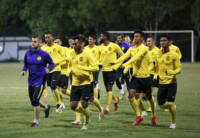 Đội tuyển Malaysia không mặc áo khoác, làm quen với cái lạnh tại Hà Nội - 9