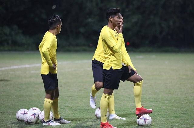 Đội tuyển Malaysia không mặc áo khoác, làm quen với cái lạnh tại Hà Nội - 4