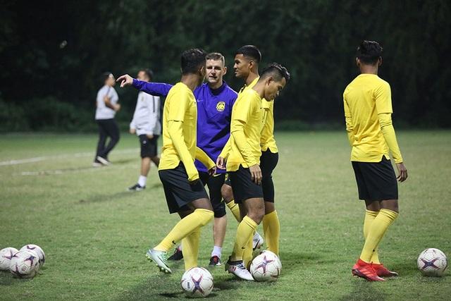 Đội tuyển Malaysia không mặc áo khoác, làm quen với cái lạnh tại Hà Nội - 3