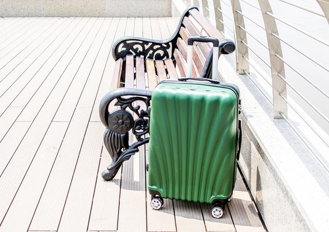 Chiếc vali chứa quần áo bất thường có phủ tinh thể ma túy đá bên trong