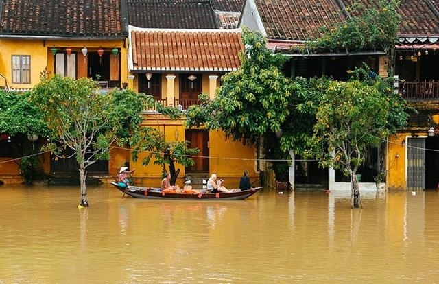 Hội An là điểm du lịch hấp dẫn của Quảng Nam. Trong ảnh: Du khách đi ghe tham quan phố cổ trong mùa mưa lũ