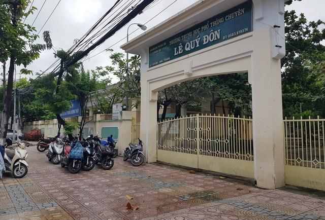 """Trường THPT Chuyên Lê Quý Đôn (TP Nha Trang) nằm ở khu """"đất vàng"""" giữa trung tâm TP Nha Trang đóng cửa im lìm, ngày 13/12"""