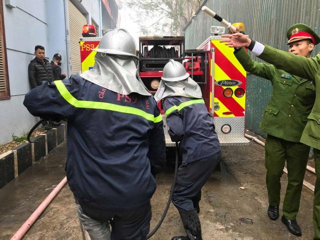Cháy lớn sát trụ sở Liên đoàn Bóng đá Việt Nam, 2 ô tô bị thiêu rụi - Ảnh 5.