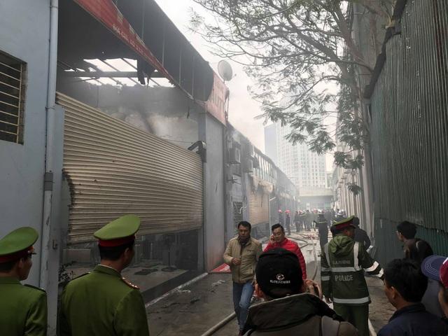 Cháy lớn sát trụ sở Liên đoàn Bóng đá Việt Nam, 2 ô tô bị thiêu rụi - Ảnh 6.