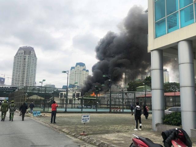 Cháy lớn sát trụ sở Liên đoàn Bóng đá Việt Nam, 2 ô tô bị thiêu rụi - Ảnh 7.