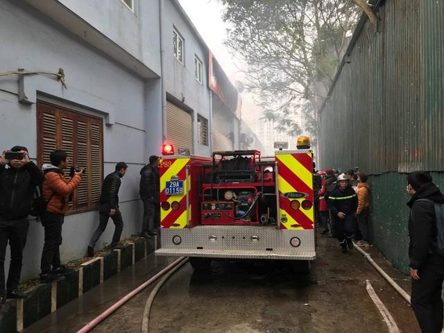 Cháy lớn sát trụ sở Liên đoàn Bóng đá Việt Nam, 2 ô tô bị thiêu rụi - Ảnh 9.