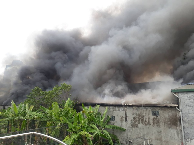 Cháy lớn sát trụ sở Liên đoàn Bóng đá Việt Nam, 2 ô tô bị thiêu rụi - Ảnh 1.
