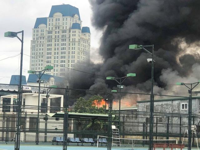 Cháy lớn sát trụ sở Liên đoàn Bóng đá Việt Nam, 2 ô tô bị thiêu rụi - Ảnh 3.