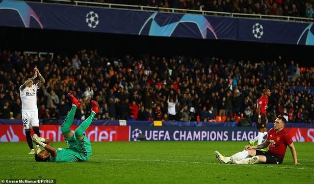 Jones (phải) thi đấu tệ hại ở trận đấu trên sân Mestalla