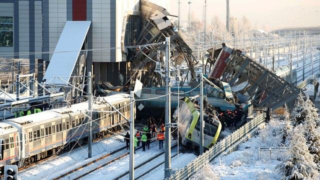 Con tàu đã đâm phải một đầu tàu trên đường ray, sau đó lao thẳng cầu bị bộ ở nhà ga Marsandiz, Ankara khiến 9 người chết và 46 người bị thương, theo số liệu cập nhật mới nhất của Dailymail. (Ảnh: Reuters)