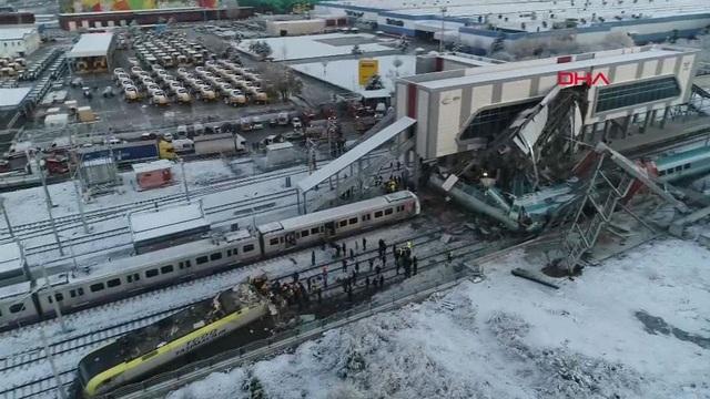 Có ít nhất 2 toa tàu đã trật khỏi đường ray sau vụ tai nạn ngày 13/12. (Ảnh: DHA)