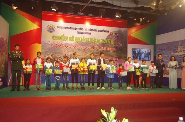 Lãnh đạo UBND tỉnh Quảng Bình và Bộ Chỉ huy BĐBP tỉnh Quảng Bình tặng quà cho các em được nhận đỡ đầu trong chương trình Nâng bước em tới trường.