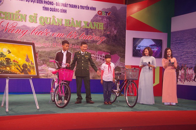 Tặng xe đạp cho học sinh có hàn cảnh khó khăn.