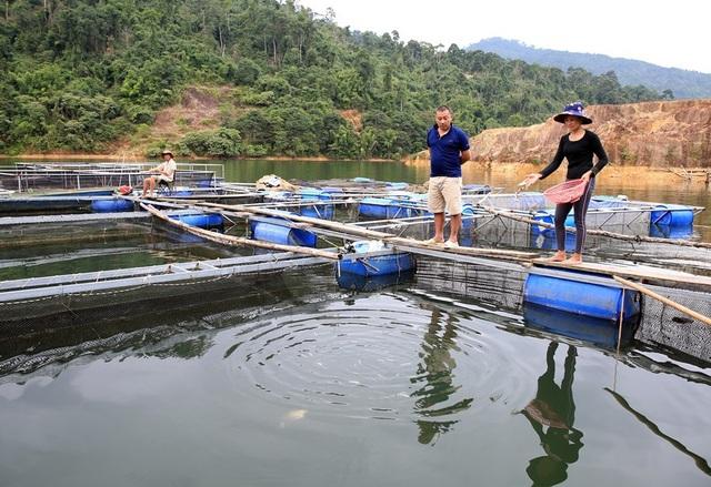 Ông Lương Văn Thái (SN 1963) ở xóm Đồng Tiến, xã Đồng Văn, huyện Quế Phong (Nghệ An) cùng vợ đang cho cá ăn.