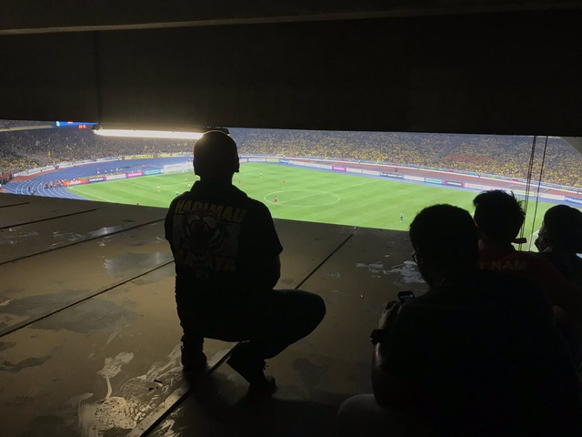 Một số CĐV phải ngồi ở khu vực rất cheo leo mới có thể theo dõi trận đấu