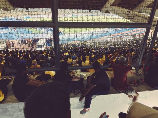 Hình ảnh báo chí Malaysia đăng tải, về tình trạng quá tải ở sân Bukit Jalil trong trận chung kết lượt đi