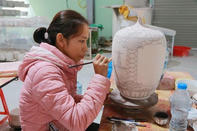 Nghệ nhân say mê làm ra ra những sản phẩm gốm Bồ Bát để làng nghề ngày càng phát triển, lấy lại thương hiệu nổi tiếng xưa.