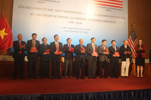 Phó đại sứ Mỹ tại Việt Nam Caryn McClelland (phải) trao kỷ niệm chương cho các cựu thành viên ban lãnh đạo của Cơ quan Việt Nam Tìm kiếm Người mất tích. (Ảnh: Thành Đạt)