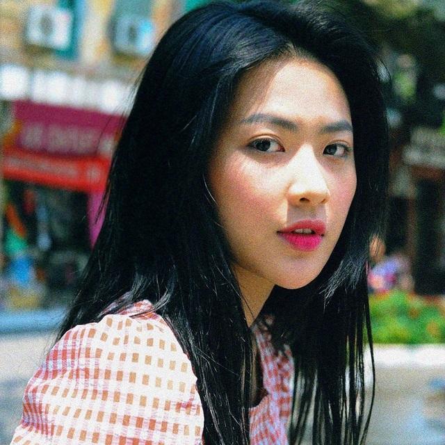 Cô gái đó là Nguyễn Minh Trang (sinh năm 1995), hiện đang là diễn viên trẻ của Đài truyền hình VFC. Minh Trang cũng từng được biết đến là cựu hot girl trường Đại học Sân khấu - Điện ảnh Hà Nội.