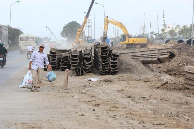 Ngày 13/12, trao đổi với phóng viên Dân trí, ông Nguyễn Văn Tốn - Tổng Giám đốc Cty CP nước sạch Vinaconex (Viwasupco) cho hay Dự kiến dự án này sẽ được hoàn thành vào trước Tết Dương lịch năm 2019. Một số đoạn thi công của dự án có gần đường và gây ô nhiễm là điều khó tránh khỏi, chúng tôi đã phân công các công nhân dọn dẹp vệ sinh để giảm thiểu mức độ khói bụi và vật liệu tràn ra đường, tránh gây nguy hiểm cho người tham gia giao thông.