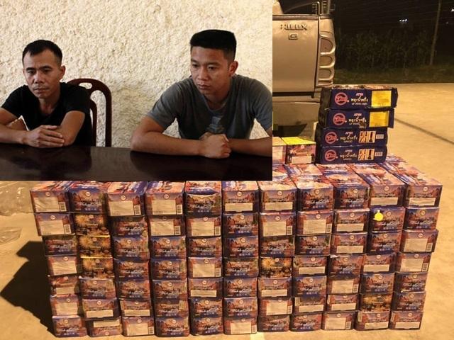 Hơn 3 tạ pháo được Phan Văn Hà và Roãn Văn Hiếu (ảnh nhỏ) giấu trong xe bán tải vận chuyển từ Lào về Nghệ An.