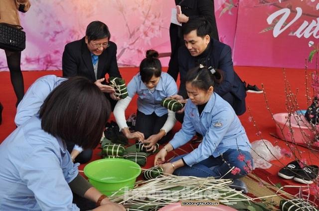 Phó Chủ tịch Tổng LĐLĐ VN Trần Thanh Hải và Phó Chủ tịch LĐLĐ thành phố Hà Nội Lê Đình Hùng cùng công nhân vui Tết sum vầy do LĐLĐ TP Hà Nội tổ chức.