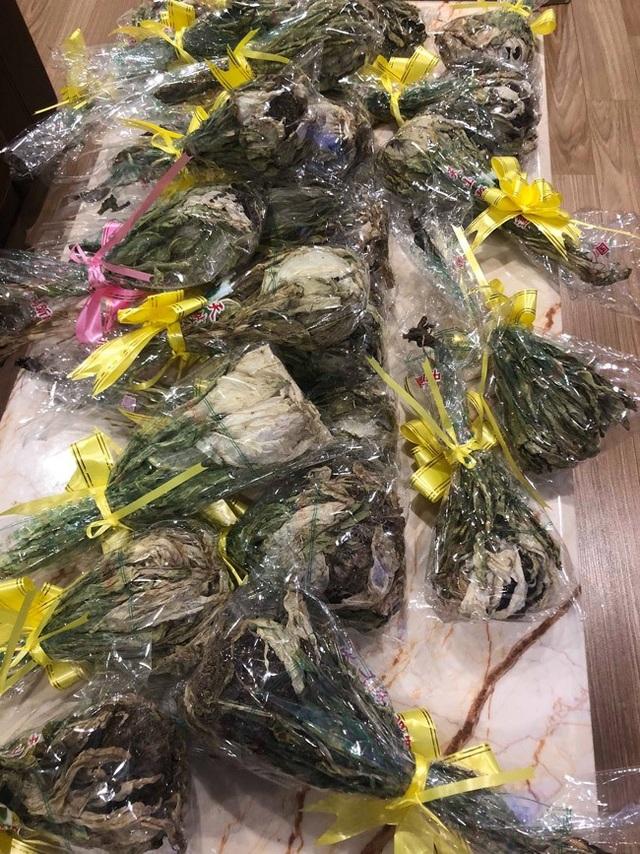 """""""Tôi đặt những bông hoa này bên Trung Quốc gần một năm nay mới được 1kg. Vì hoa khô, nên nó khá nhẹ"""" - Chủ nhân của lô Thiên sơn tuyết liên này cho biết."""