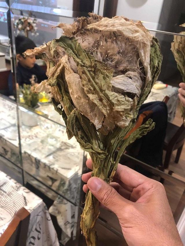 Một bông hoa khô này nhẹ tênh, chỉ khoảng 1 lạng/bông. Tuy nhiên, theo vị đại gia này cho biết, giá của nó về đến Việt Nam không dưới 5 triệu đồng/bông.