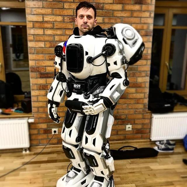 Sự thật Boris chỉ là bộ trang phục robot dành cho người mặc