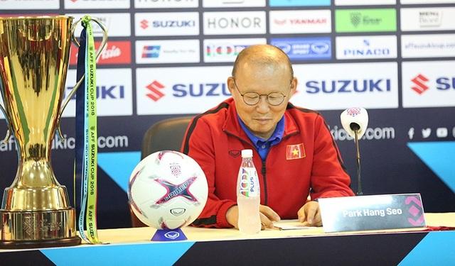 Huấn luyện viên Park Hang Seo tham dự họp báo trước trận và chiếc cúp vô địch AFF Cup 2018 được để bên phải của ông