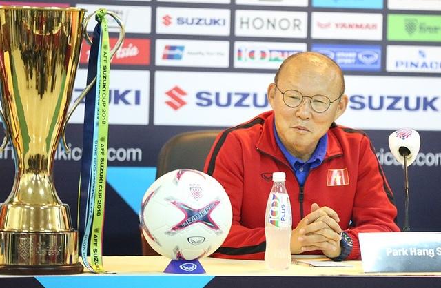 Vị chiến lược gia người Hàn Quốc không ít lần liếc nhìn chiếc cúp vô địch