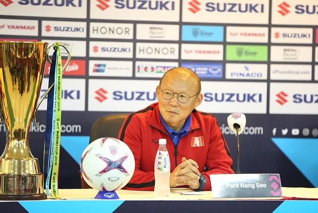 Tâm điểm là cuộc họp báo, còn tâm hồn của HLV Park Hang Seo lại ở chiếc cúp AFF Cup
