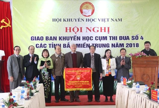 Ông Phạm Hoàng Be trao Cờ thi đua xuất sắc năm 2017 của Trung ương HKH Việt Nam cho Cụm thi đua số 4, các tỉnh Bắc miền Trung.
