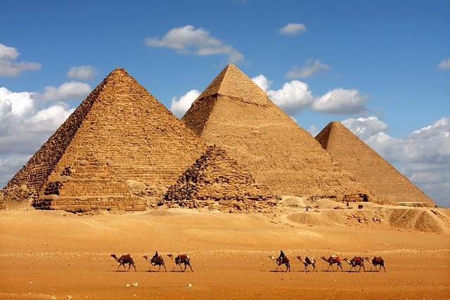 Quần thể kim tự tháp Giza là công trình kiến trúc duy nhất còn sót lại trong 7 kỳ quan thế giới. Ai Cập nghiêm cấm mọi hành vi trèo leo lên công trình linh thiêng này