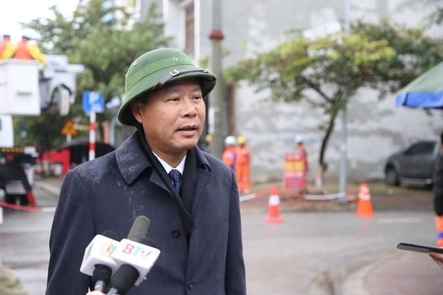 Ông Lê Minh Tuấn  - Phó Tổng giám đốc Tổng công ty Điện lực miền Bắc tại hiện trường triển khai công tác sửa chữa điện Hotline trên đường dây đang mang cấp điện áp 22kV tại Bắc Ninh