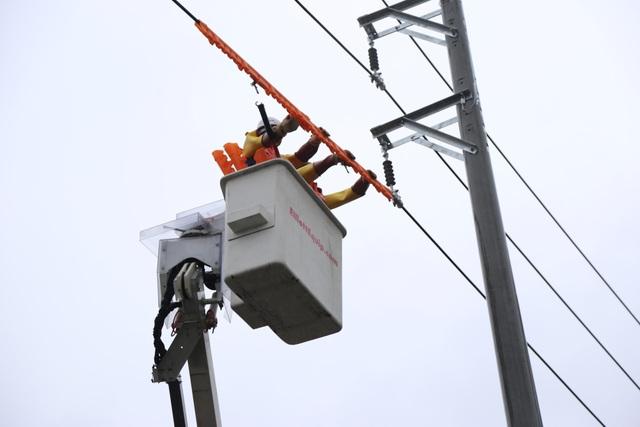 Thực hiện công tác sửa chữa điện Hotline trên đường dây đang mang cấp điện áp 22kV