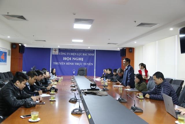 Ông Đỗ Tiến Hùng - Phó Giám đốc Công ty Điện lực Bắc Ninh trả lời câu hỏi của phóng viên