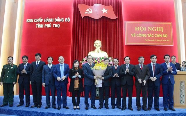 Tân Bí thư Tỉnh uỷ Phú Thọ Bùi Minh Châu - người cầm hoa bên trái (Ảnh: Phutho.gov.vn).