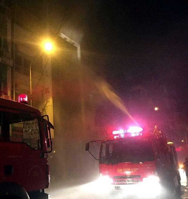 Lực lượng chức năng tiếp cận, khống chế đám cháy.